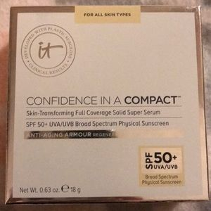 "It Cosmetics Confidence in a Compact ""Light"""